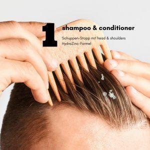 Bei Juckreiz und Kopfhautschuppen tägliche Haarwäsche mit normalisierenden Spezialshampoos