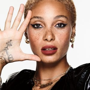 © REVLON So Fierce! - glossy Mascara und cremiger Vinyl Eyeliner on Stage mit Kampagnen-Model Adwoa Aboah