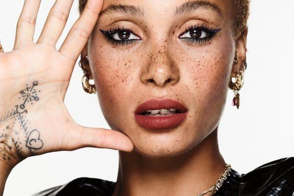 © REVLON So Fierce! - glossy Mascara und cremiger Vinyl Eyeliner on Stage mit Kampagnen-Model Adwoa Aboah